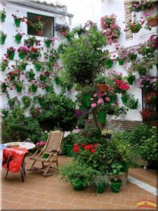 Decorar-Jardines-y-terrazas-con-mucho-color-6-580x773